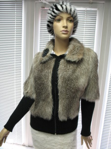 куртка нутрія світла сапфірв поєднанні з трикотажем